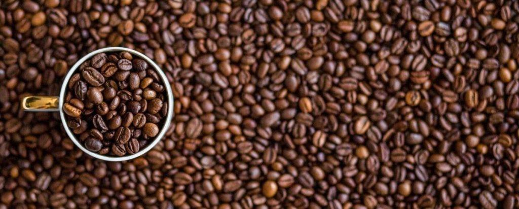 Granos de café para combatir la humedad