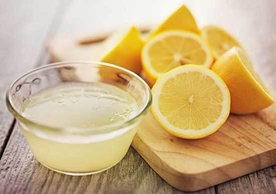 Zumo de limón para el olor a humedad