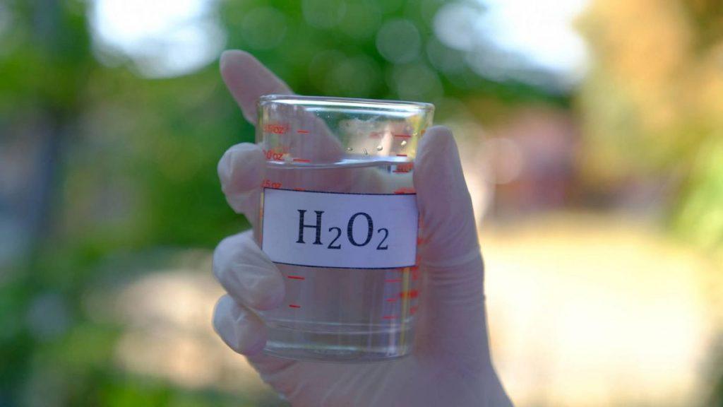 Aplica unas gotas de agua oxigenada