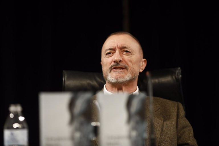 Pérez Reverte revienta: La Policía y Echenique, unidos por un 'zasca' al escritor