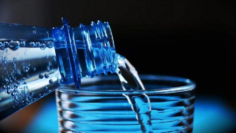 Todos los peligros a los que te arriesgas por rellenar las botellas de plástico