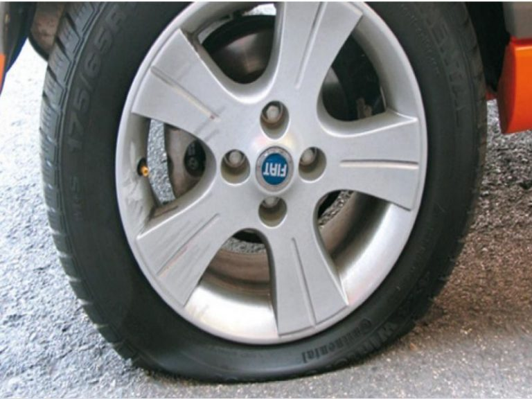 Cómo arreglar el pinchazo de una rueda de coche