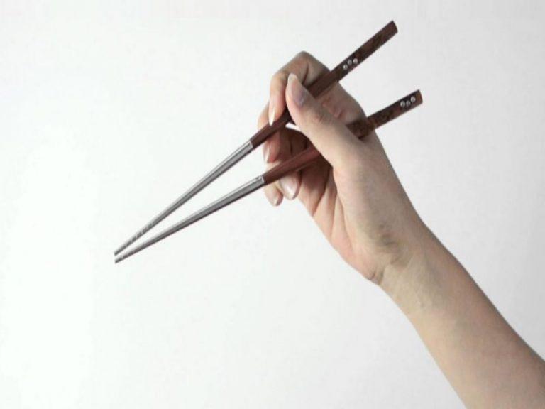 Cómo sujetar los palillos chinos