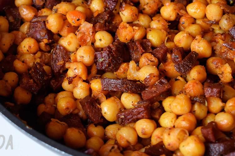 Garbanzos con salchichas aderezada con orégano y salsa romescu