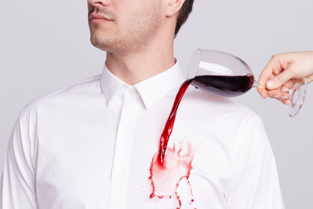 Las manchas de vino en la ropa son dificiles de quitar