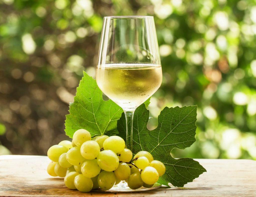utilizar vino blanco contra las manchas de vino