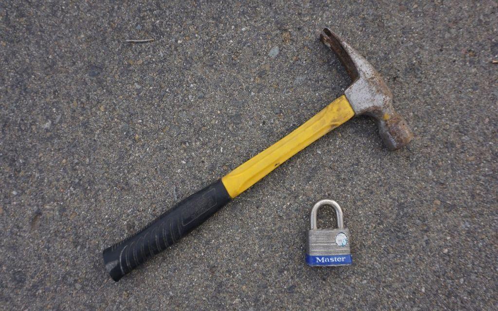 El martillo es una de las herramientas con las que puedes abrir un cerrojo