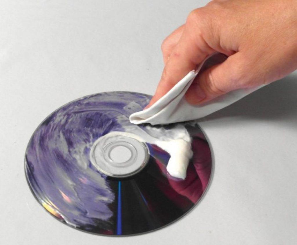 Reparar un CD con pasta de dientes