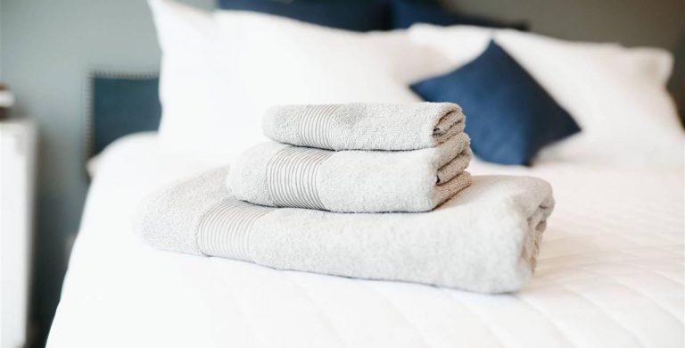 Albornoz y toallas de baño: cada cuánto hay que lavarlas