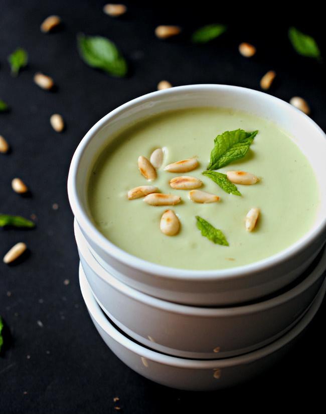 Crema fría de aguacate, manzana verde y lima a la menta