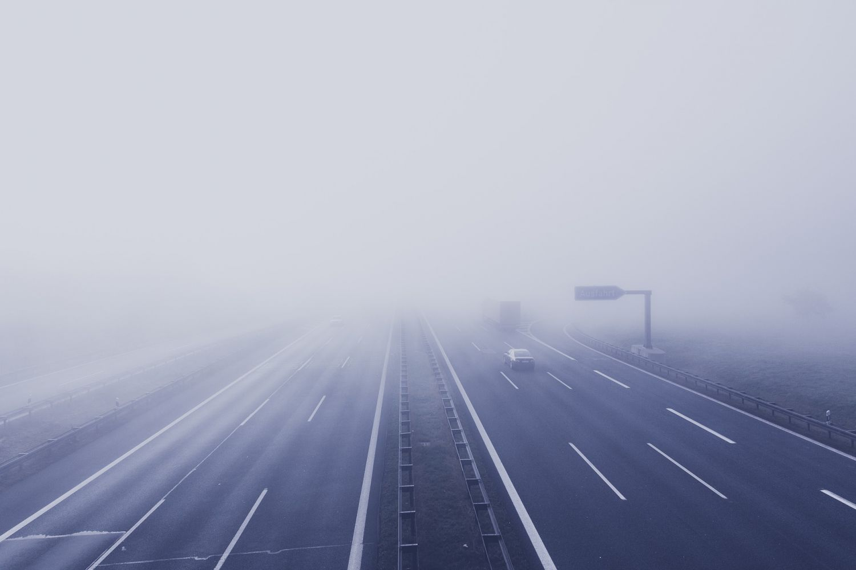 Cómo conducir con niebla en la carretera