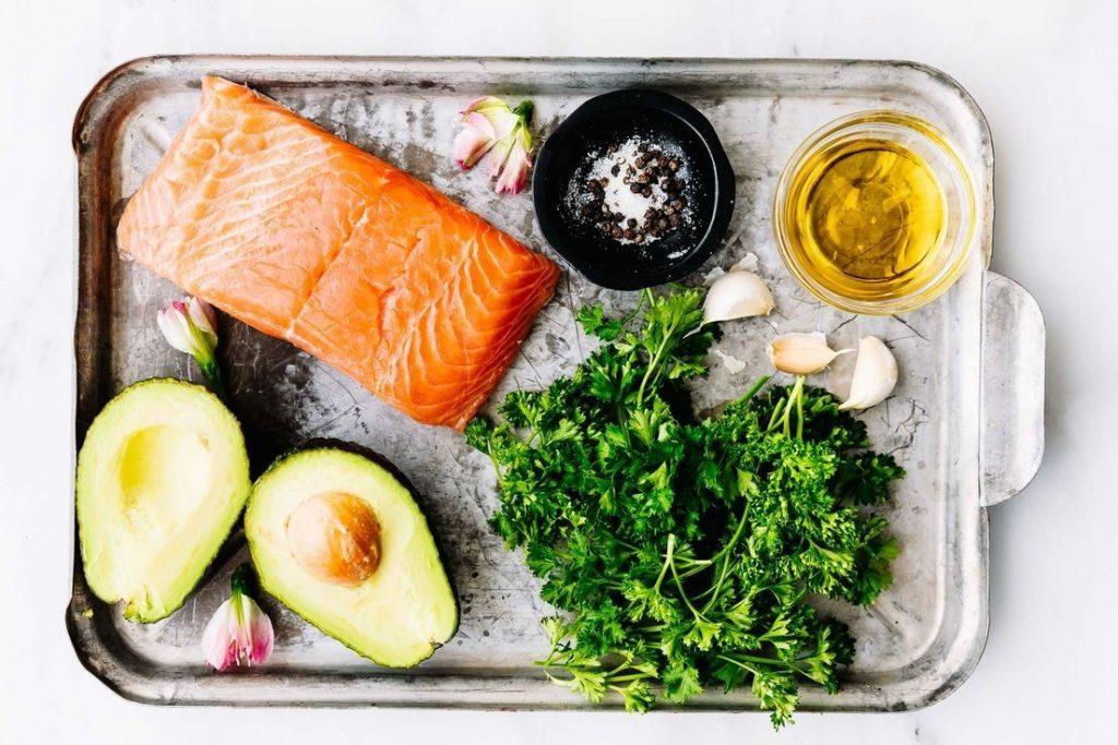 Ingredientes para preparar el pastel de salmón con hierbas