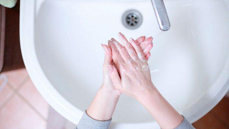 Cómo lavarte las manos para limpiarlas por completo