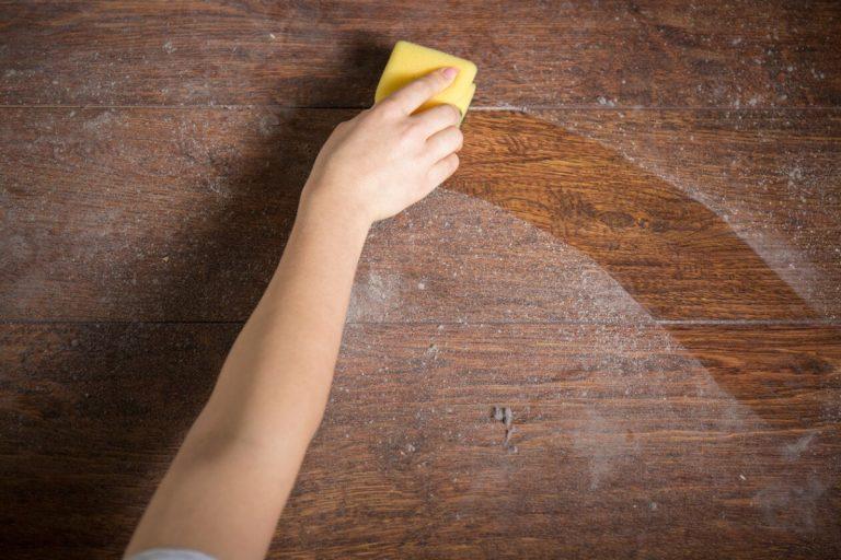 Cómo limpiar el polvo de los muebles de madera