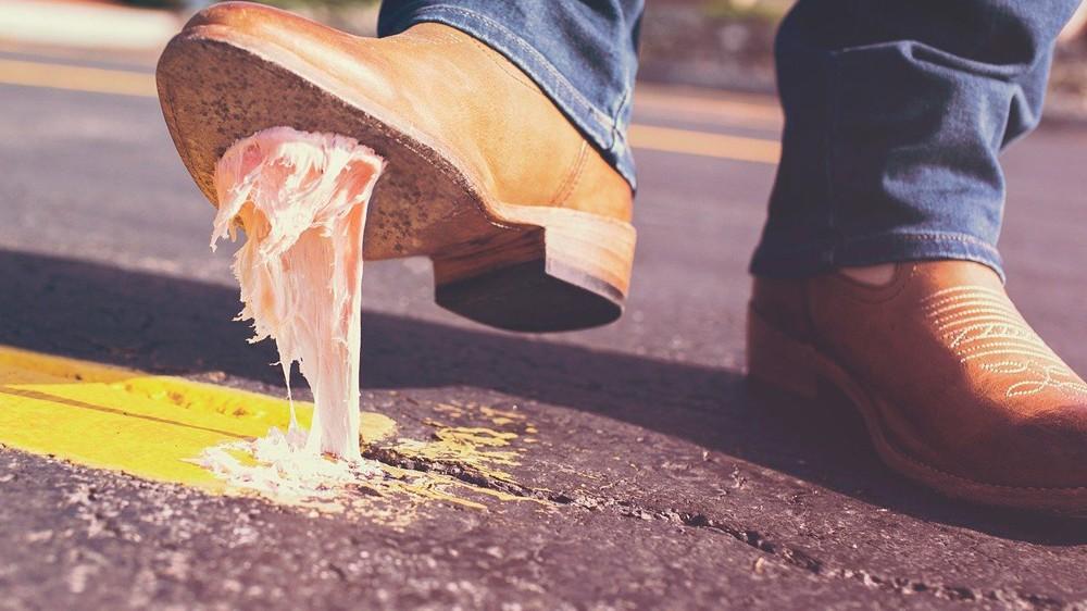 Cómo quitar un chicle de la suela del zapato