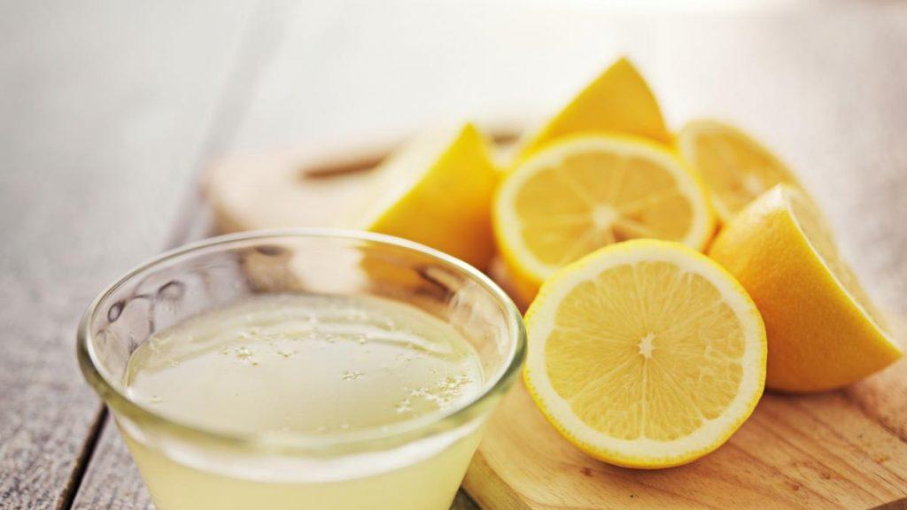Zumo de limón para eliminar el olor a pescado