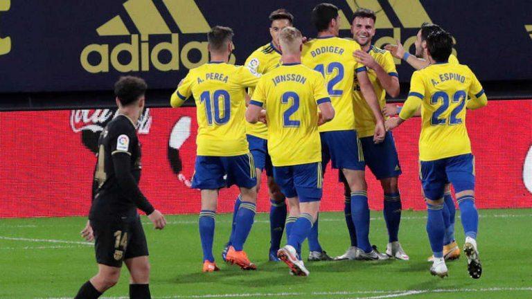 "El Cádiz ""matagigantes"" vence a un gris Barcelona por 2-1"