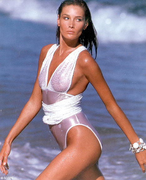 Carla Bruni pisa con garbo en la playa