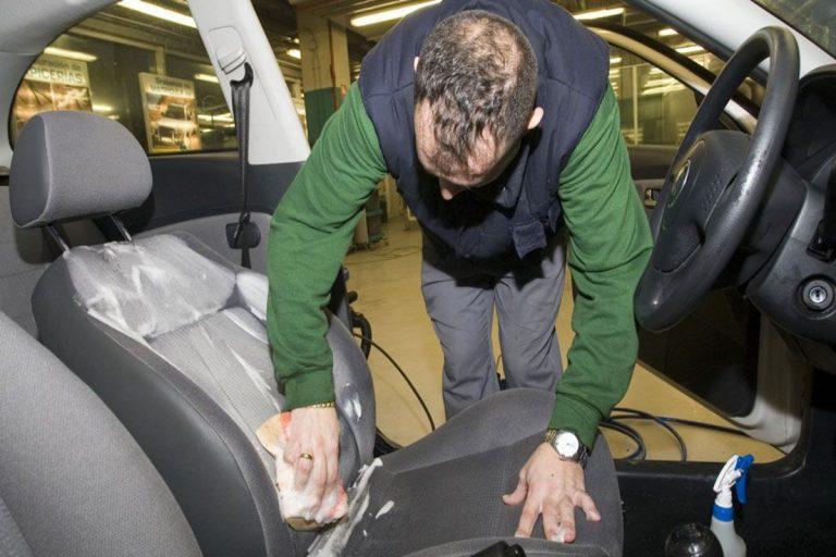 Cómo limpiar a fondo la tapicería del coche