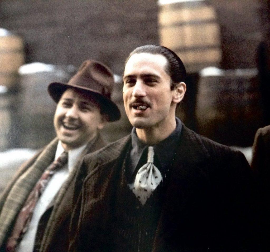 Robert De Niro interpretando a Vito Corleone de joven en 'El Padrino II'