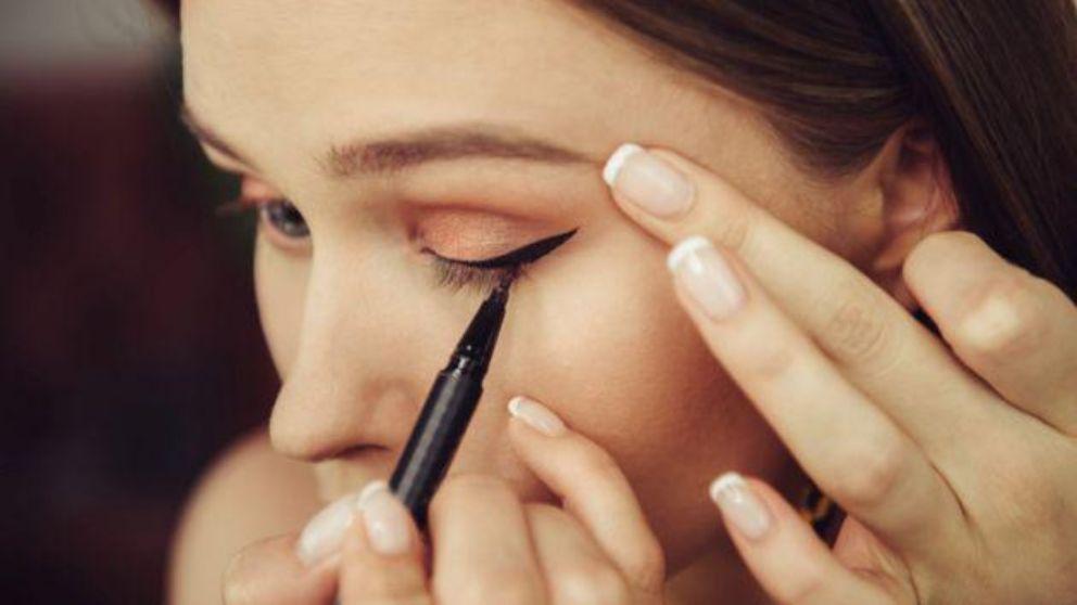Delinear una raya del ojo en simples pasos