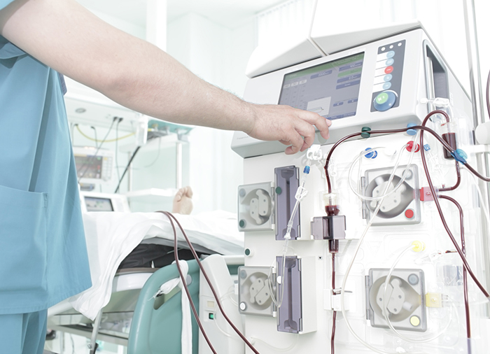 Equipo médico que participa en una diálisis