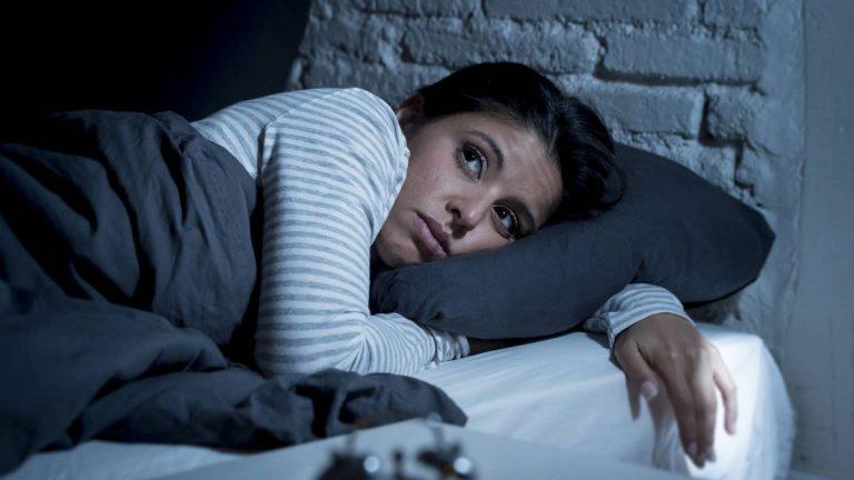 Tu dieta está bien: Hábitos nocturnos que te hacen engordar mientras duermes