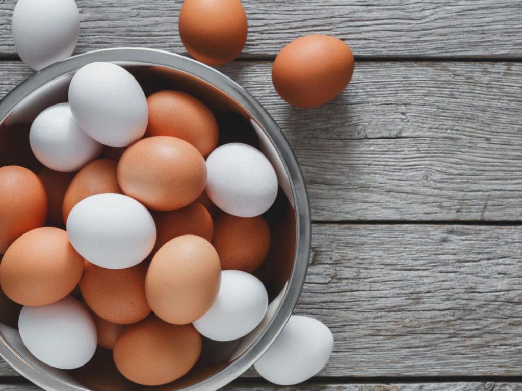 Cómo hacer unos huevos rellenos con aguacate y salmón deliciosos