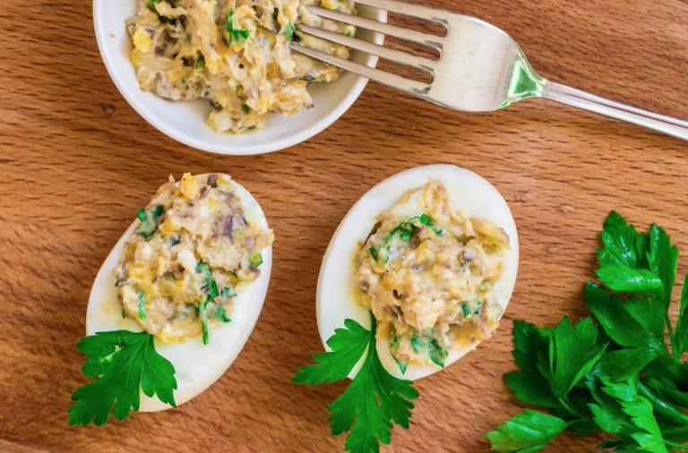 Cómo hacer unos huevos rellenos de atún y mayonesa