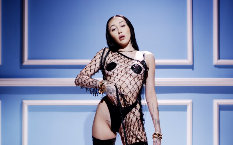 Noah Cyrus presenta 'All three', su sensual nuevo single