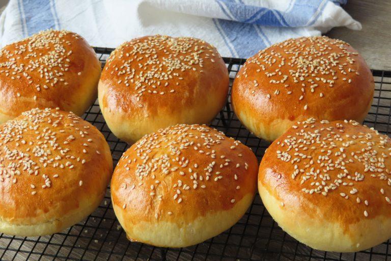 La receta para hacer unos panecillos de hamburguesa caseros más saludables