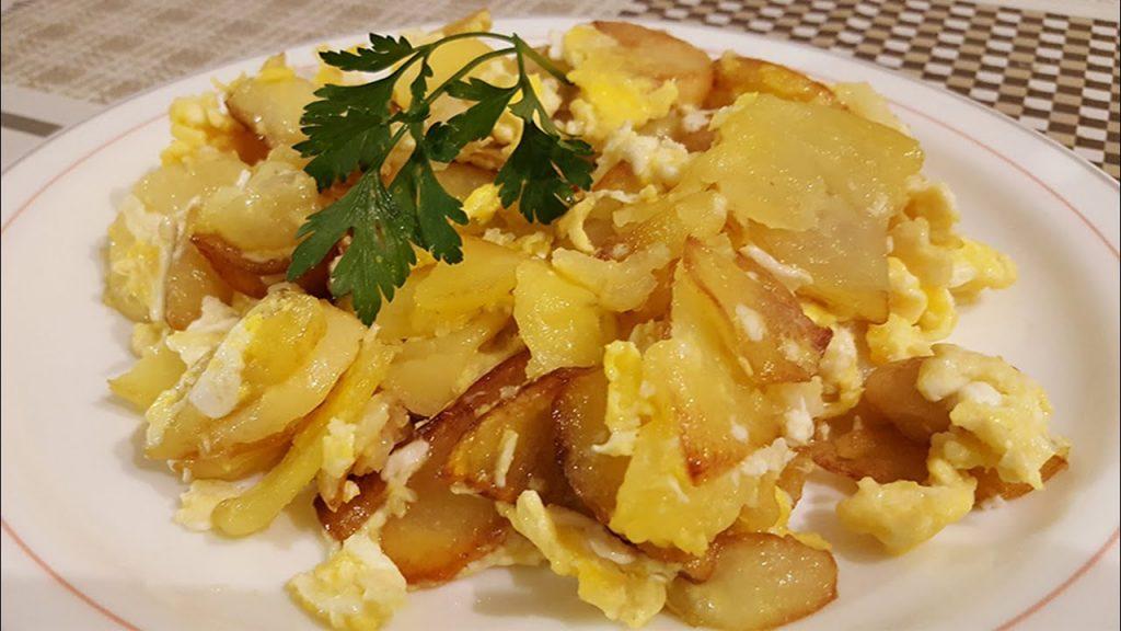 Patatas y huevos revueltos