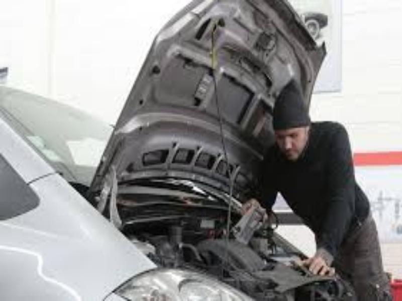 que hacer si se calienta el motor del coche