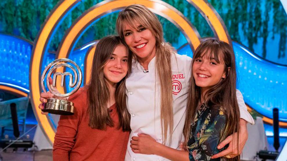 La actriz celebra el título de ganadora de Masterchef junto a sus hijas.