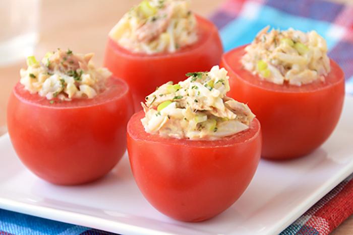 Tomates rellenos de atún y salsa golf con menos de 100 calorías