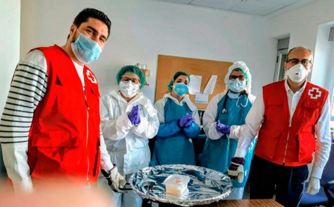 La Cruz Roja está ayudando a plantar ayuda al Covid-19.