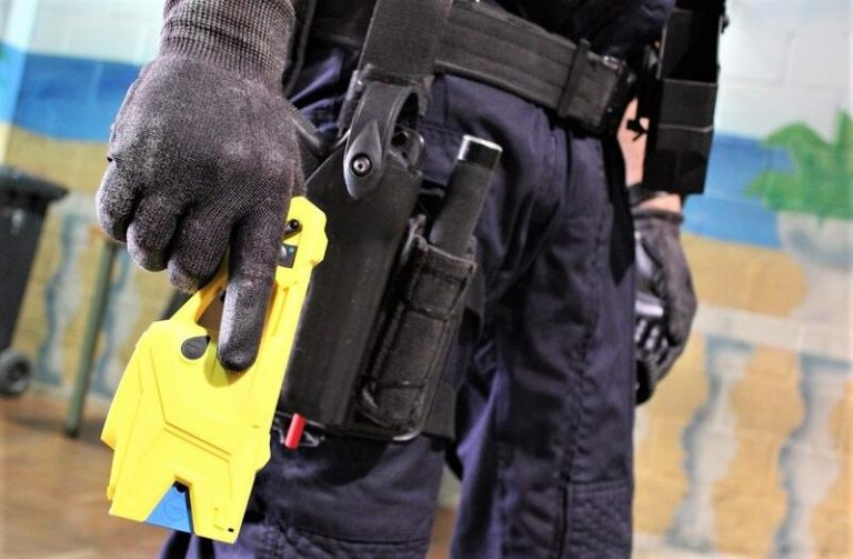 Podemos pide limitar el uso de pistolas eléctricas a la Policía