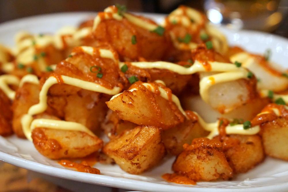 Cómo hacer la auténtica receta madrileña de las patatas bravas