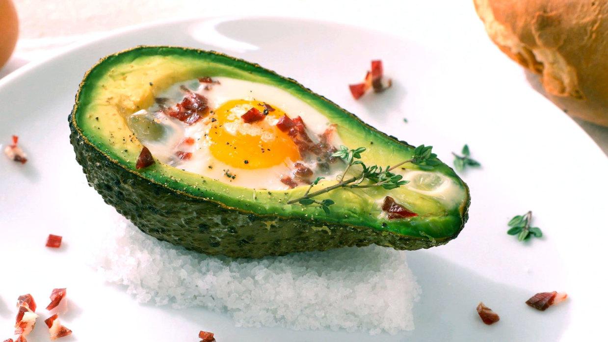 Aguacate relleno de huevo y jamón