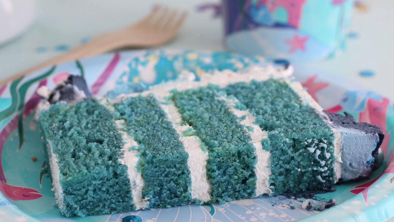 Cómo hacer un bizcocho esponjoso azul