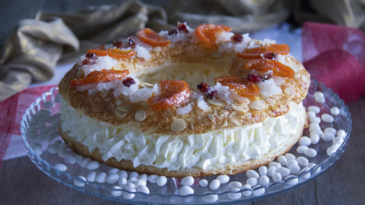Cómo hacer un roscón de hojaldre, nata y frutas confitadas fácil y rápido