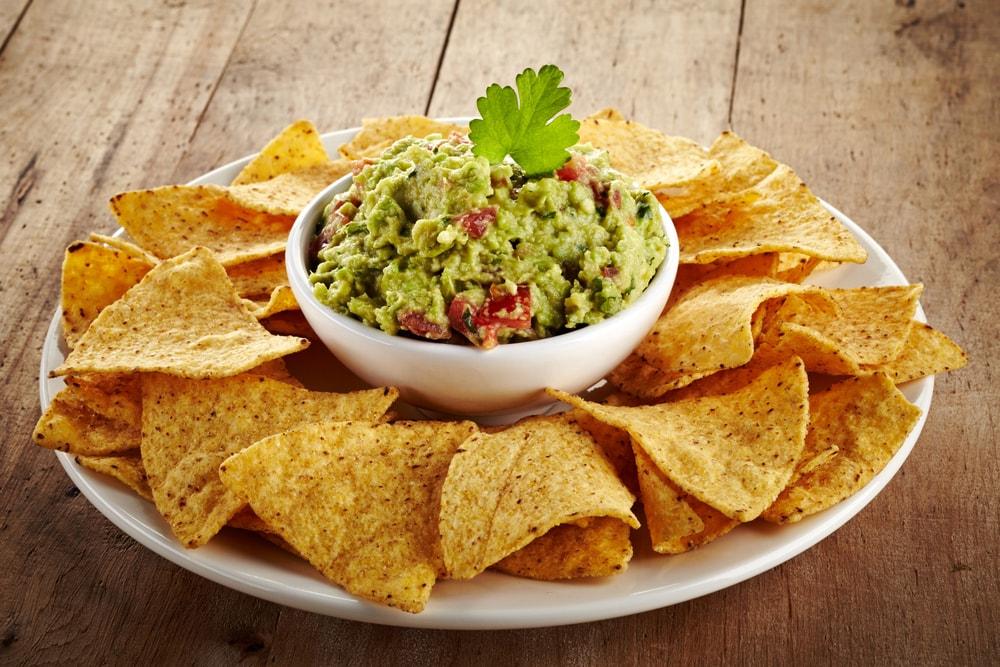 Cómo hacer unos nachos caseros para acompañar tu guacamole
