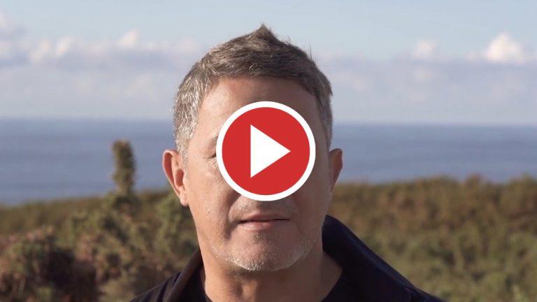 Alejandro Sanz colabora y pone voz al documental 'La quimio jugando se pasa volando'