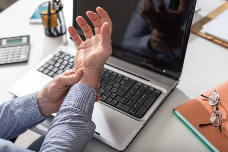 Dolores frecuentes que padecerás si usas portátiles o móviles a menudo