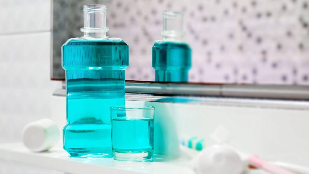 Enjuague bucal para limpiar cepillo de dientes