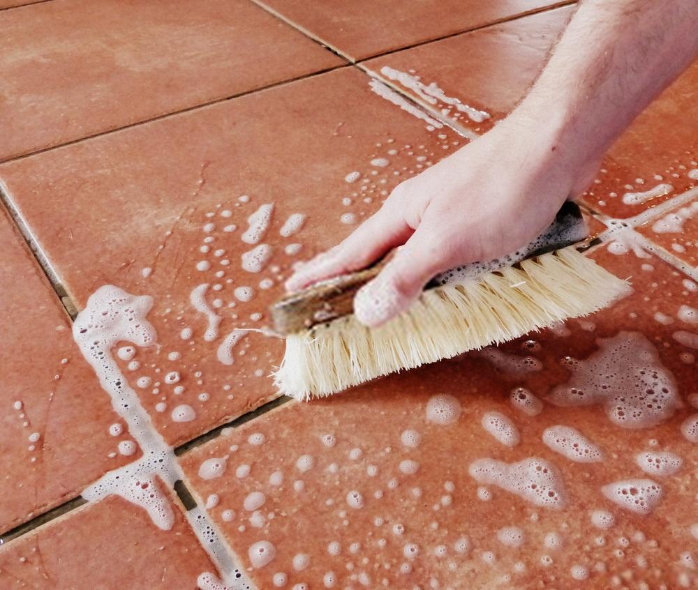 Limpiar las juntas del suelo con vinagre