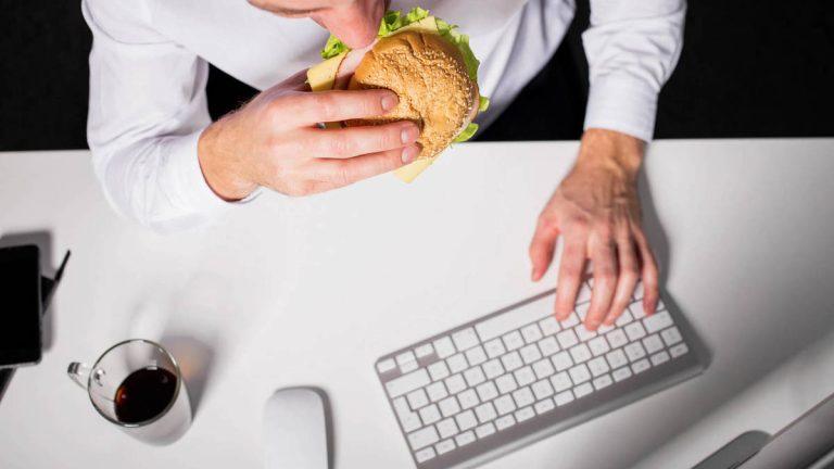 Picoteo: las desagradables consecuencias que tiene el comer entre horas