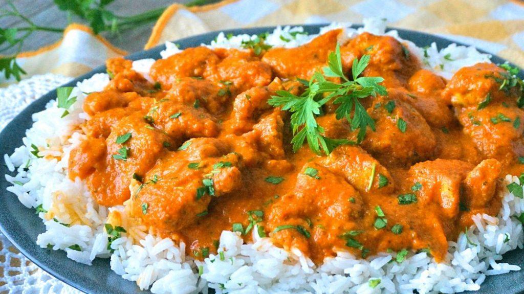Pollo con curry y canela: la delicatessen que puedes hacer en menos de 30 minutos