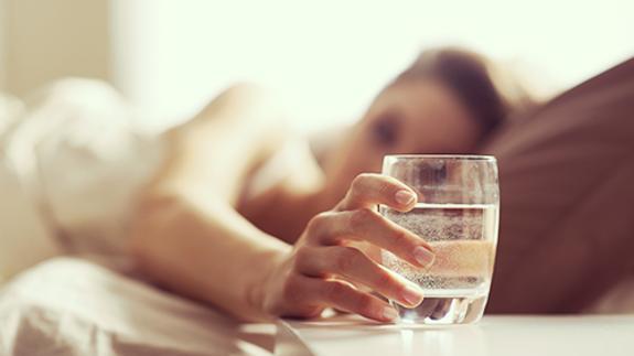 Por qué no deberías dormir con un vaso de agua en la mesita de noche