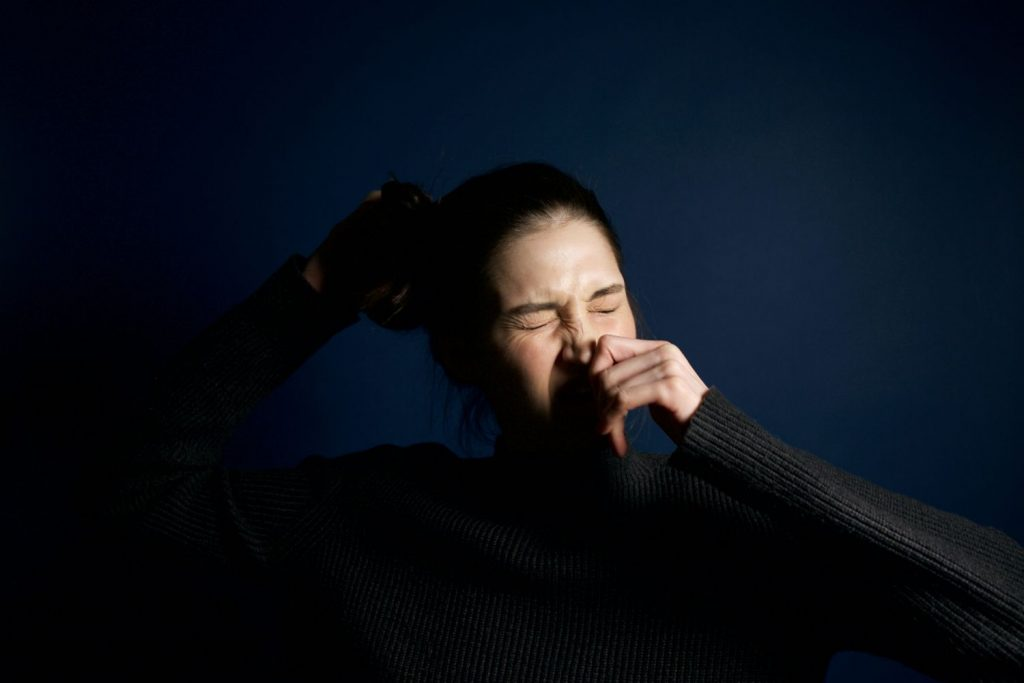 Qué es estornudar